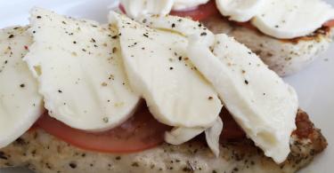 Kipfilet met mozzarella tomaat en pesto