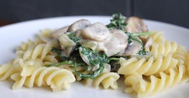 Pasta met kip champignons en rucola
