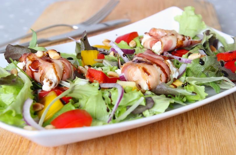 Salade met geitenkaas, ontbijtspek en balsamicostroop