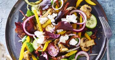 Winterse salade met champignons, geitenkaas en spekjes