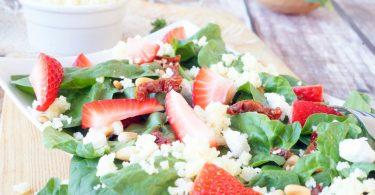 Salade met geitenkaas, spinazie en aardbeien