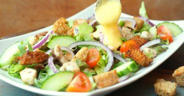 Lauwwarme salade met kip en croutons