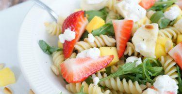 Fruitige pastasalade met hüttenkäse