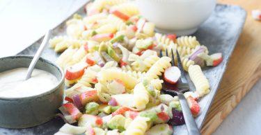 Pastasalade met surimi en avocado