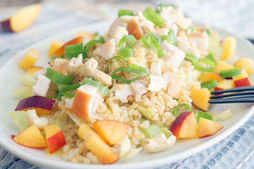 Salade met perzik en gerookte kip