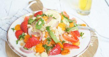 Salade met couscous, aardbeien en avocado