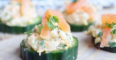 Feestelijke amuses - gerookte zalmsalade op komkommer