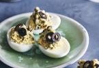 Gevulde eitjes met olijven en kappertjes