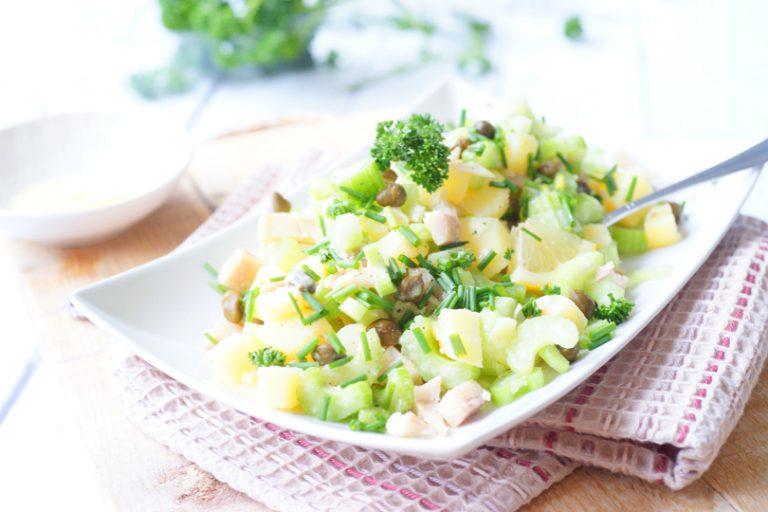 Aardappelsalade met forel en bleekselderij