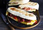 Panini met bacon, kaas en mosterdsaus