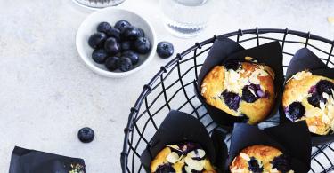 Yoghurtmuffins met blauwe bessen en amandelschaafsel