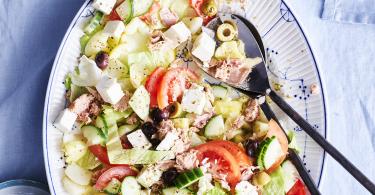 Griekse maaltijdsalade met tonijn, feta en olijven