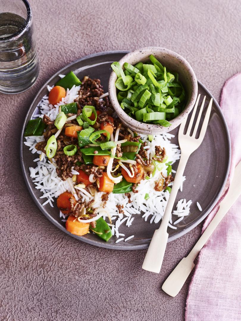 Rijstschotel met gehakt, wortel en taugé