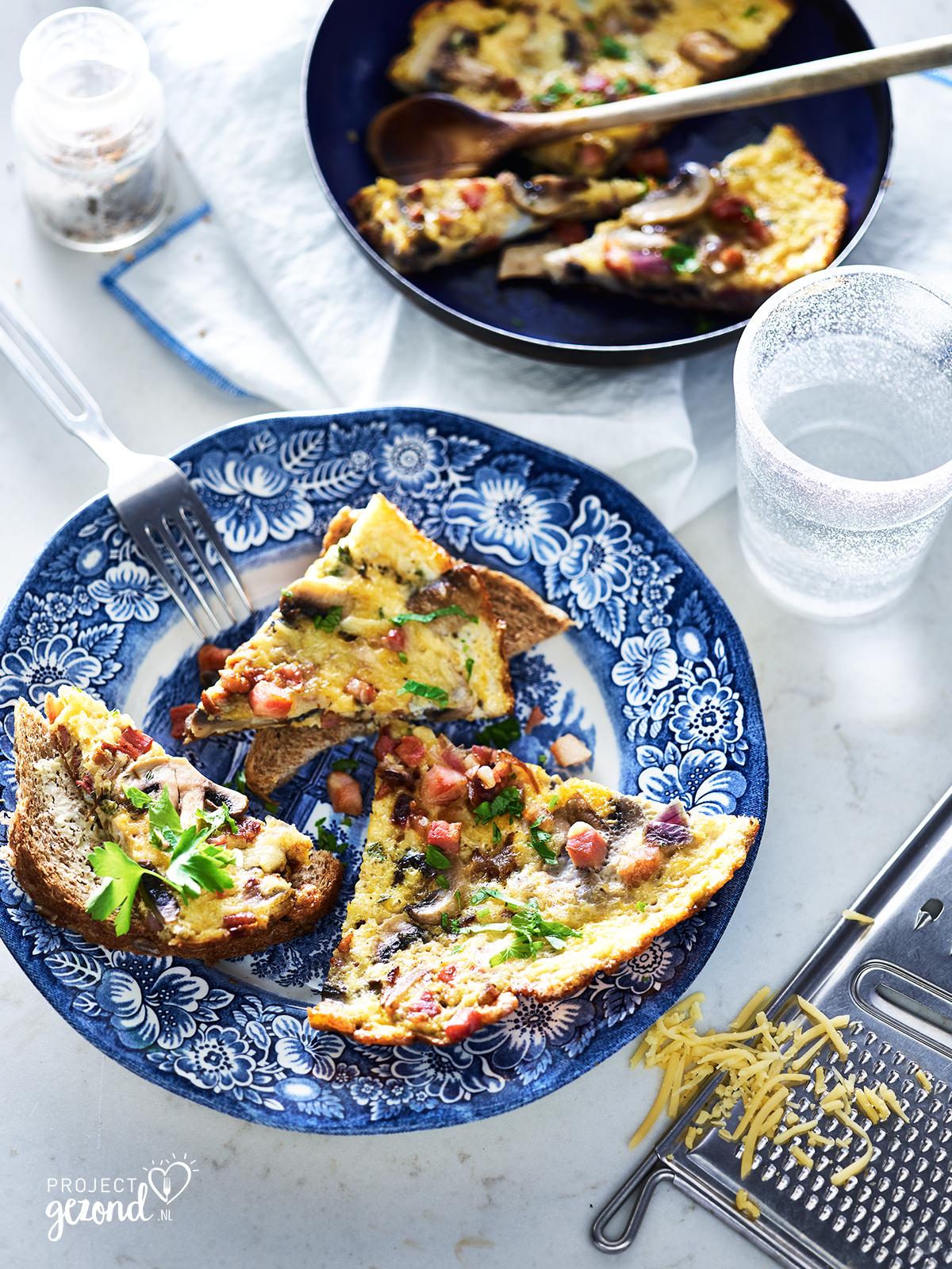 Winterse omelet met champignons en ontbijtspek