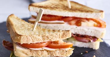 Clubsandwich met bacon en kip